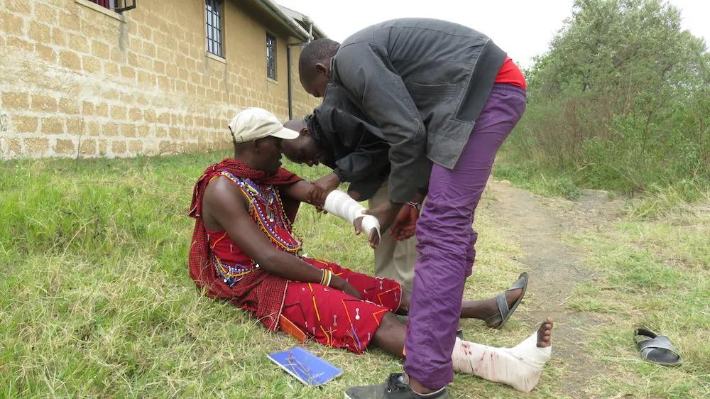 learning-to-applyh-a-bandage-at-angama-mara
